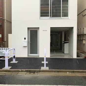 エントランスの左の扉が、101号室の玄関です。