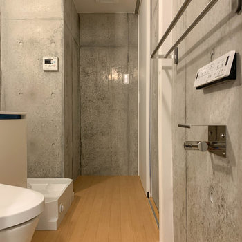 お風呂側から見ると。脱衣所もコンクリの空間です。