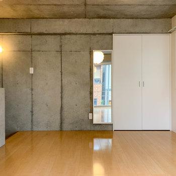 窓側から見ると。左に階段、右には収納と鏡付き。