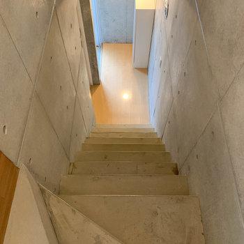 階段を降りて1階へ。