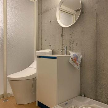 脱衣所にトイレ、洗面台、洗濯機と揃います。