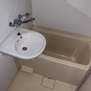 温度調節のしやすいシャワーで快適なバスタイムを。(※フラッシュを使用しています)