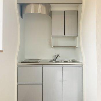 キッチンは淡い淡いブルー。換気扇の曲線がなんだか可愛らしい。