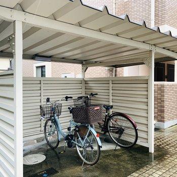エントランス側に屋根付きの自転車置き場。