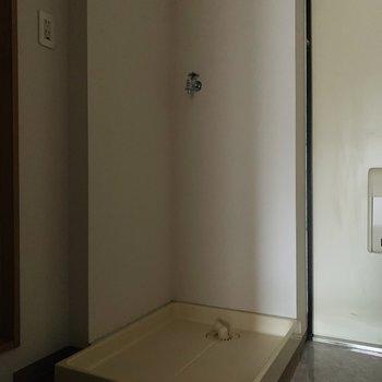 洗濯機置き場は玄関の隣に。