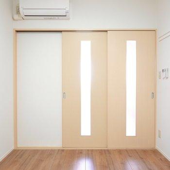 ドアを閉めればぐっすり眠れそうな雰囲気に。こちらの右の壁にも長押付き。