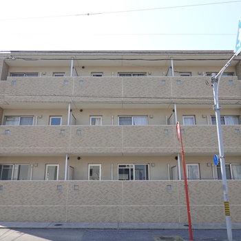 どっしりした安心感のある3階建てのマンション。