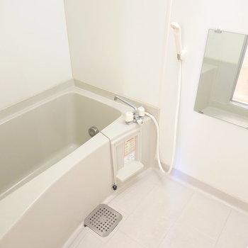 お風呂の機能はシンプルですが清潔でゆっくり休めそう。