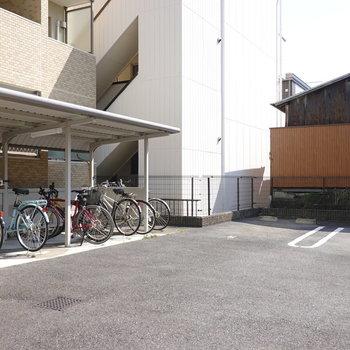 駐車場や駐輪場はエントランスの右手を奥に行ったところにあります。