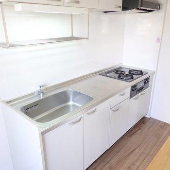 魚焼きグリルに3口コンロ。水切り棚やスペースもあり、料理好きには嬉しいキッチン。