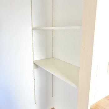 棚の高さを変えられる収納まで。コンセントもあるので家電置き場やパントリーとして。