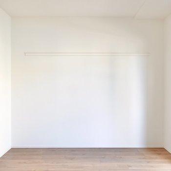 LDKは約10.6帖と二人用のソファやテーブルをしっかり置ける広さ。壁には長押付き。