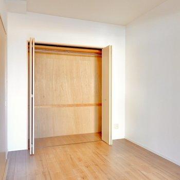こちらは寝室に。ハンガーパイプ付きのクローゼットはふたりで分け合いましょう。