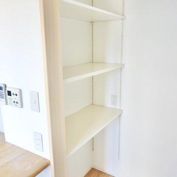 背中側には高さを変えられる棚。コンセントもついているので家電置き場やパントリーとして使えます。