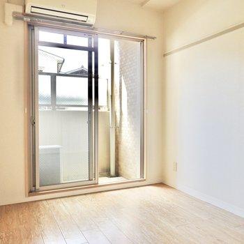 洋室は約5.4帖。窓側の壁にはこちらも長押付き。