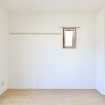 LDKは約10.6帖。壁には長押付きで、角部屋なので小窓もついています。