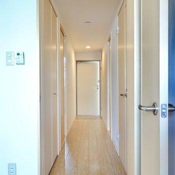 廊下からその他の水回りと洋室へ。