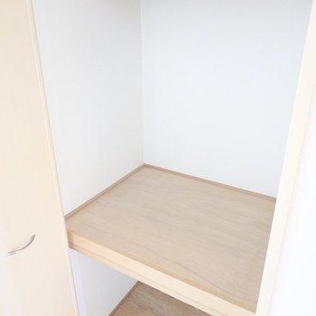 廊下に出てすぐ左には押入れ収納。