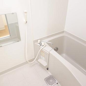 お風呂はシンプルですが清潔でゆったり休めそう。