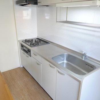3口コンロに魚焼きグリル、水切り棚のついたスペースの広いキッチン。