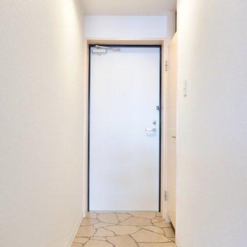 お部屋の最後は石畳風のタタキが素敵な玄関。
