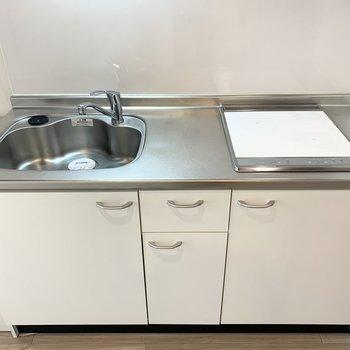 2口IHにシンクも作業スペースもしっかりあるので自炊派にも嬉しいキッチン。