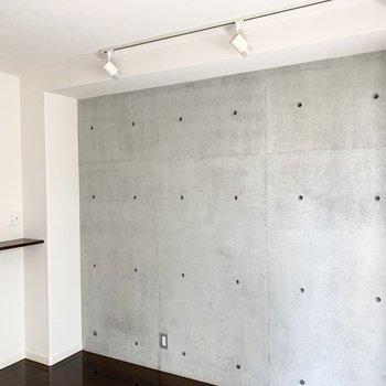 コンクリート打放しの壁にスポットライトが素敵です。