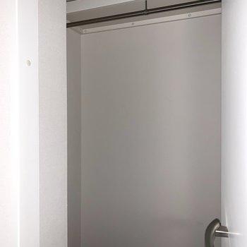 なんと玄関脇にもクローゼット。アウターを掛けたり、アウトドアアイテムを収納したり。(※フラッシュ撮影です)