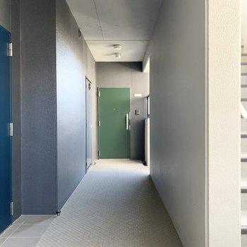 共用部も素敵ですよ。それぞれドアのカラーが違うんです。