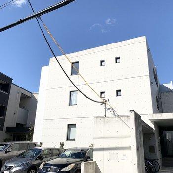 外観もスタイリッシュな3階建の鉄筋コンクリートマンションです。