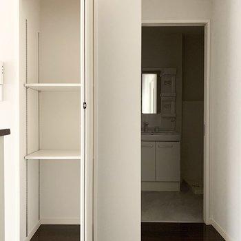 キッチン横にはパントリーにちょうど良さそうな収納と、奥にユーティリティ。