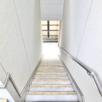 お部屋は2階でアクセスは階段のみ。コンパクトな階段なので、家具搬入時の採寸は念入りに。