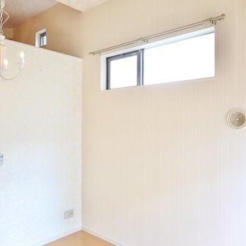 こちらの壁は小窓付き。天井が高いので開放感があります。