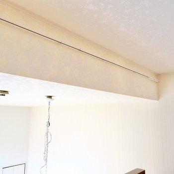 洋室との間にカーテンを引けるんです。レースカーテンがよく似合いそう。