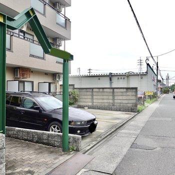 その隣には敷地内ゴミ置き場と駐車場も。