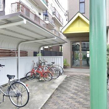 エントランス前には屋根付きの駐輪場。