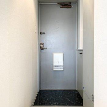 玄関は1段乗り越えた位置に。