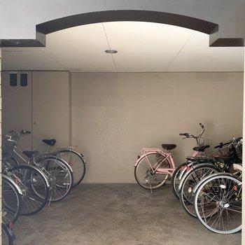 自転車置場はエントランス前に。しっかり屋根のある空間です。