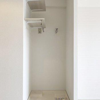 洗濯機置場はオープンですが、上部に棚付。