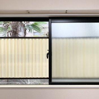 【洋6.6】窓の外は目隠しパネル付。ちらっと見えるお隣さまのお庭が素敵でした。