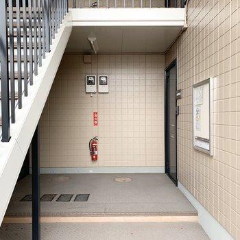 玄関は共用廊下の下に。