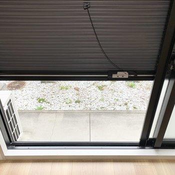 1階のお部屋なので掃き出し窓にはシャッターが付いています。