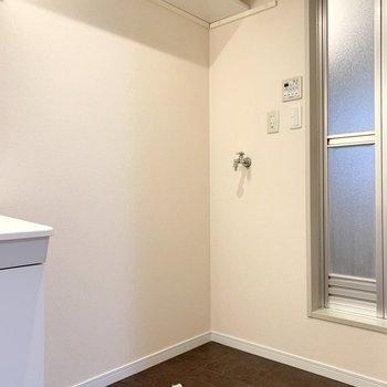 奥に洗濯機置場。上部の棚も幅広で重宝しそうです◎