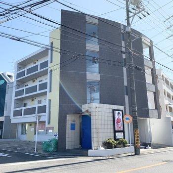 曲線を描いた外観が特徴的な4階建て鉄筋コンクリートマンションです。