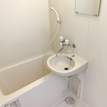 浴室はお風呂と洗面のシンプルな2点ユニット。まるっと水洗いできますね◎