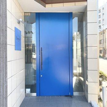 エントランスはブルーのドア。オートロック付ですよ。