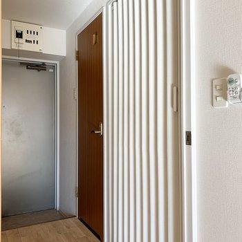 反対側にはアコーディオンカーテンとおトイレのドア。
