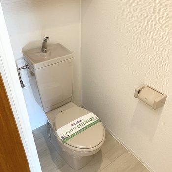 おトイレは上部に棚付。