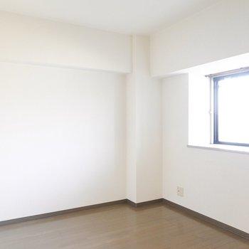 廊下側の洋室は5.6帖。