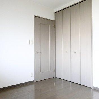 ドア側にはクローゼット付き。